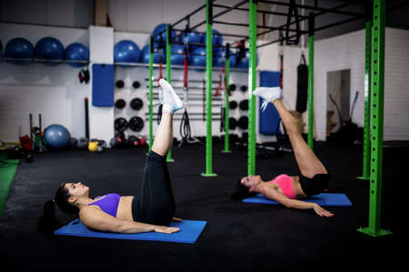 crunches: Women doing abdominal crunches at gym LANG_EVOIMAGES