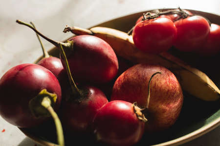 domicile: Close-up of cherry, banana, apple, cherry tomato on table at home LANG_EVOIMAGES