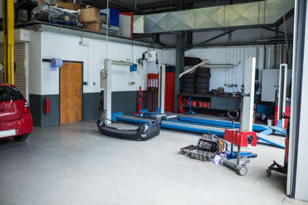 auto lift: Auto repair garage with hydraulic lift