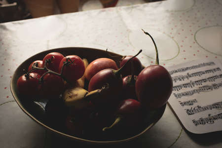 domiciles: Close-up of fruits in a bowl on table at home LANG_EVOIMAGES