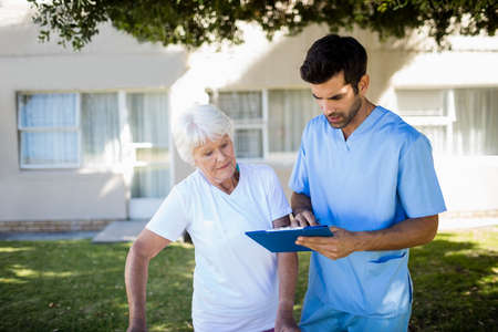 sheltered accommodation: Nurse speaking with a senior woman in a retirement home LANG_EVOIMAGES