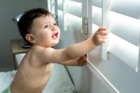 niño sin camisa: Primer plano de niño feliz sin camisa linda de ventana en el país