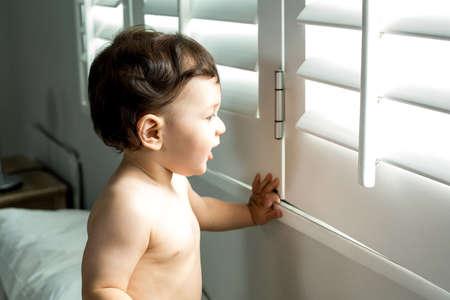 niño sin camisa: Primer plano de niño sin camisa linda de ventana en el país