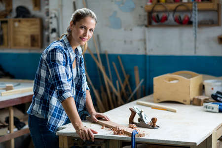 competencias laborales: Retrato de la sonrisa femenina carpintero en el taller