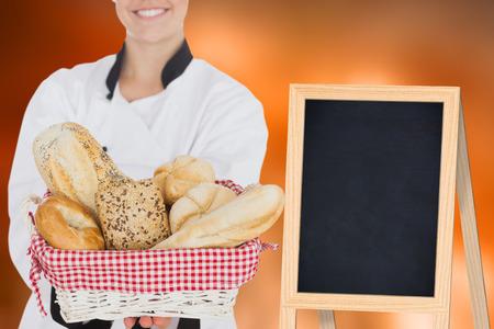 bolsa de pan: Woman holding bread bag against colored background Foto de archivo