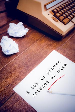 oracion: La sentencia de un gato con guantes no caza ratones contra el fondo blanco en contra de una antigua m�quina de escribir y papel