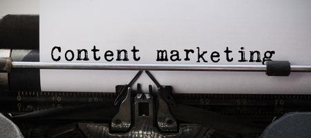 lapiz y papel: mensaje de la comercialización de contenidos contra el primer plano de la máquina de escribir