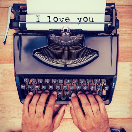 oracion: La frase te amo contra el fondo blanco contra el empresario escribiendo en m�quina de escribir