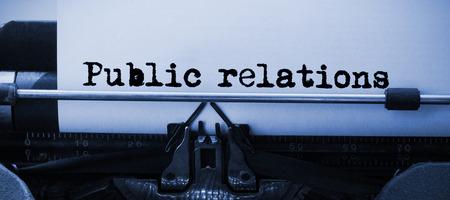 relaciones publicas: Las palabras de relaciones públicas contra el fondo blanco contra el primer plano de la máquina de escribir Foto de archivo
