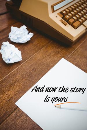 frase: Una sentencia en contra de una antigua máquina de escribir y papel Foto de archivo