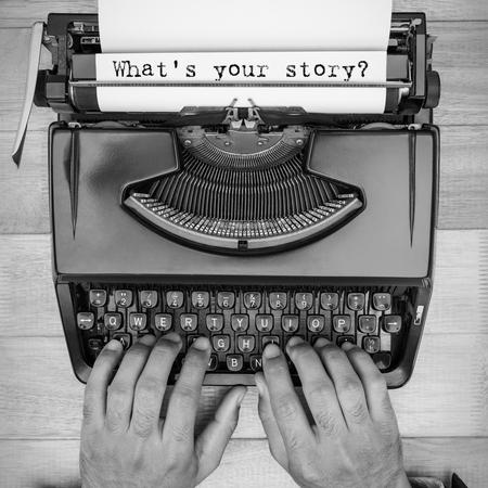 part of me: Imagen compuesta del hombre usando la máquina de escribir en un escritorio de madera