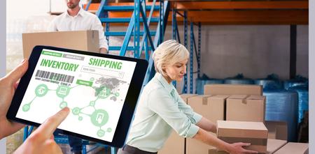 Man utilisant Tablet PC contre les gestionnaires de l'entrepôt du chargement d'un chariot Banque d'images