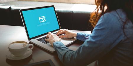 La banca en línea contra el estudiante maduro usando la computadora portátil en el café Foto de archivo - 56615607