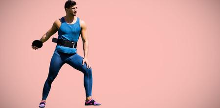 lanzamiento de disco: Retrato de deportista practicando el lanzamiento de disco contra el rosa pastel