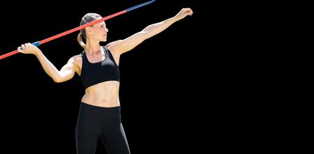 lanzamiento de jabalina: Vista frontal de la deportista practicando lanzamiento de jabalina
