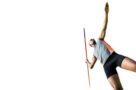 lanzamiento de jabalina: Ángulo de visión baja del hombre atlético preparando su lanzamiento de jabalina