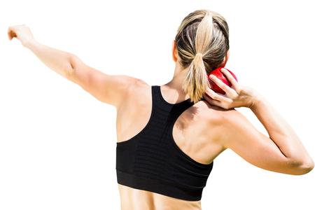 lanzamiento de bala: Vista posterior de la deportista está practicando lanzamiento de peso