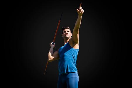 lanzamiento de jabalina: Ángulo de visión baja del deportista practicando lanzamiento de jabalina