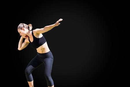 lanzamiento de bala: Vista frontal de la deportista está practicando lanzamiento de peso