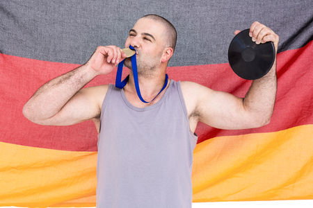 bandera alemania: Atleta con una medalla de oro y el indicador de Alemania en el fondo