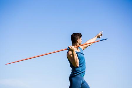 lanzamiento de jabalina: atleta determinado punto de tirar una lanza en el estadio Foto de archivo