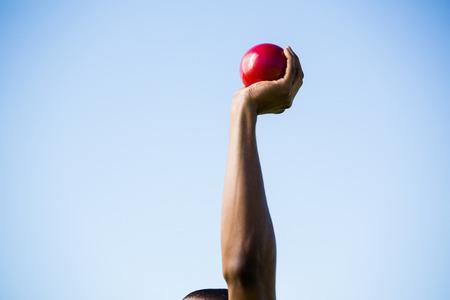 lanzamiento de bala: Los atletas mano rendimiento lanzamiento de bala pelota en un día soleado