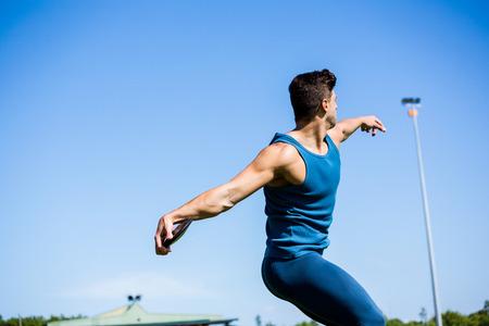 lanzamiento de disco: Athlete about to throw a discus in stadium