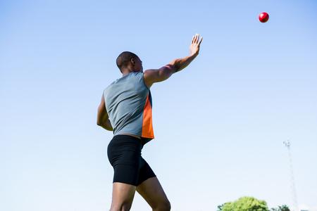 lanzamiento de bala: tiro deportista de lanzamiento puso la bola en un estadio durante la competición Foto de archivo