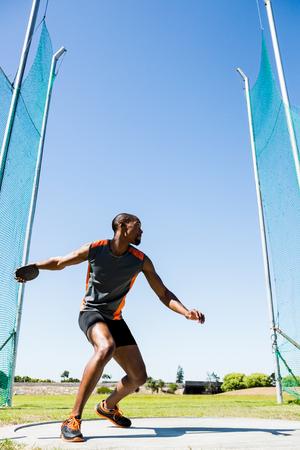 lanzamiento de disco: Athlete abiut to throw discus in the stadium