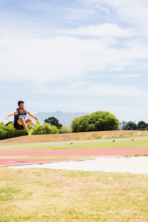 salto largo: Atleta realizaci�n de un salto de longitud durante una competici�n