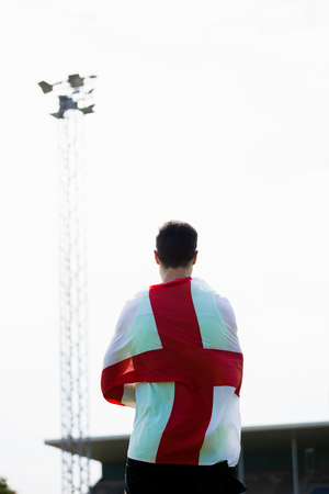bandiera inghilterra: Atleta con Inghilterra bandiera avvolto intorno al suo corpo in stadio Archivio Fotografico
