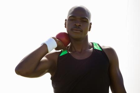 shot put: atleta masculino que se prepara para lanzar bola de tiro poner en el fondo blanco Foto de archivo