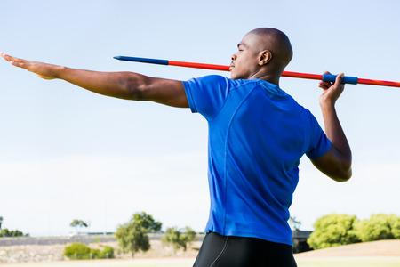 Atleta a punto de lanzar una jabalina en el estadio Foto de archivo - 57068566