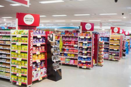 Photographie d'étagères avec des promotions dans un supermarché Banque d'images - 57117043