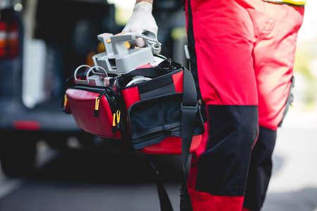 piernas hombre: Ambulancia frontal plan de las piernas del hombre del coche de la ambulancia
