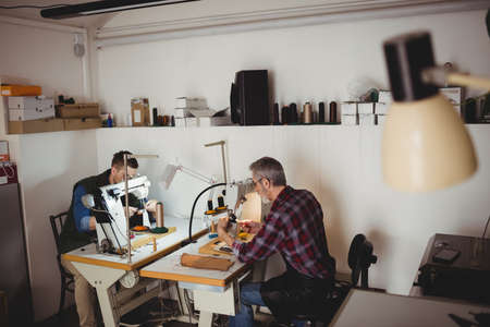 maquinas de coser: Cobblers using sewing machines in their workshop LANG_EVOIMAGES