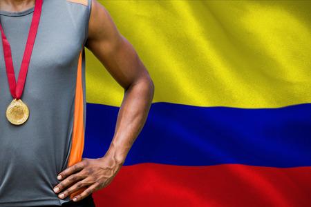 bandera de colombia: Retrato de deportista con el pecho medallas contra generada digitalmente bandera nacional Colombia