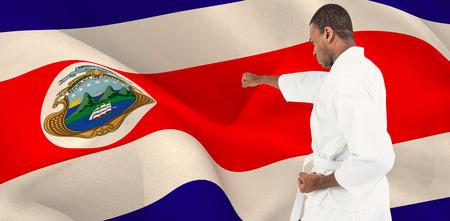 bandera de costa rica: Combatiente de la realización de la postura de karate contra la bandera de Costa Rica que agita