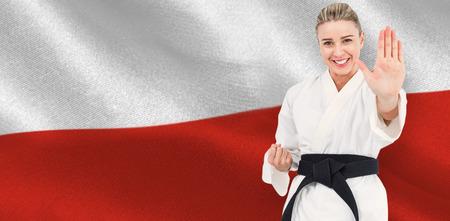 bandera de polonia: Atleta femenina en el judo contra generada digitalmente ondulante bandera polaca