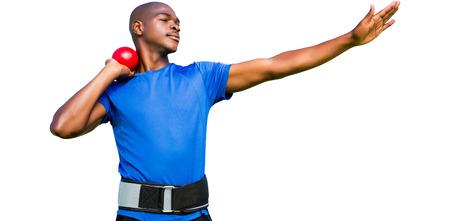 lanzamiento de bala: Vista frontal del deportista practicando lanzamiento de peso sobre un fondo blanco