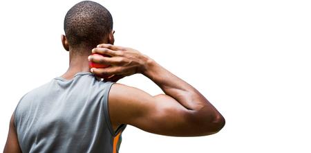 lanzamiento de bala: Vista trasera del deportista practicando lanzamiento de peso sobre un fondo blanco Foto de archivo