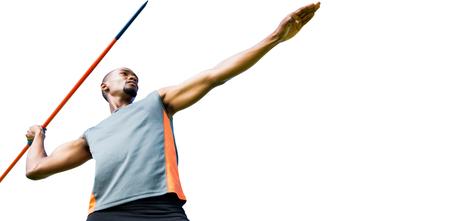 lanzamiento de jabalina: Ángulo de visión baja del deportista practicando lanzamiento de jabalina en un fondo blanco