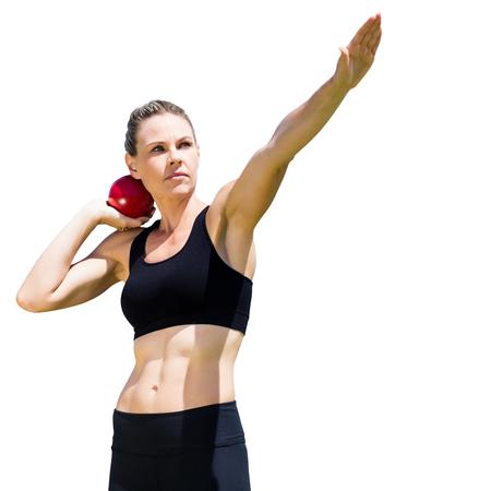 lanzamiento de bala: La deportista practicando el lanzamiento de peso en un fondo blanco
