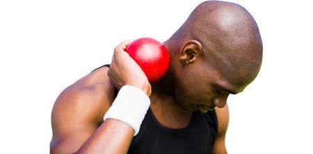 lanzamiento de bala: Retrato de deportista practicando lanzamiento de peso sobre un fondo blanco