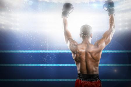 Boxer posiert nach dem Sieg gegen Composite-Bild von Boxring Standard-Bild