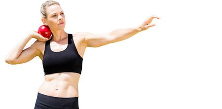 lanzamiento de bala: Vista frontal de la deportista practicando lanzamiento de peso sobre un fondo blanco