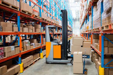 delivery room: Forklift with no people in warehouse LANG_EVOIMAGES