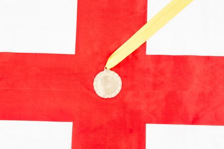 bandera inglesa: Primer plano de la medalla de oro en la bandera Ingl�s