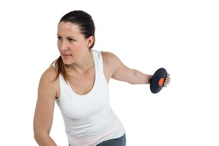 lanzamiento de disco: Determinado atleta femenina que juega lanzamiento de disco en el fondo blanco