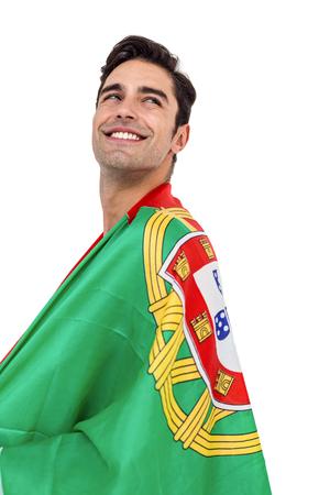 drapeau portugal: Athlète masculin posant avec le drapeau portugal enroulé autour de son corps sur fond blanc